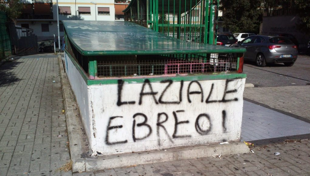 Scritta 'laziale ebreo'