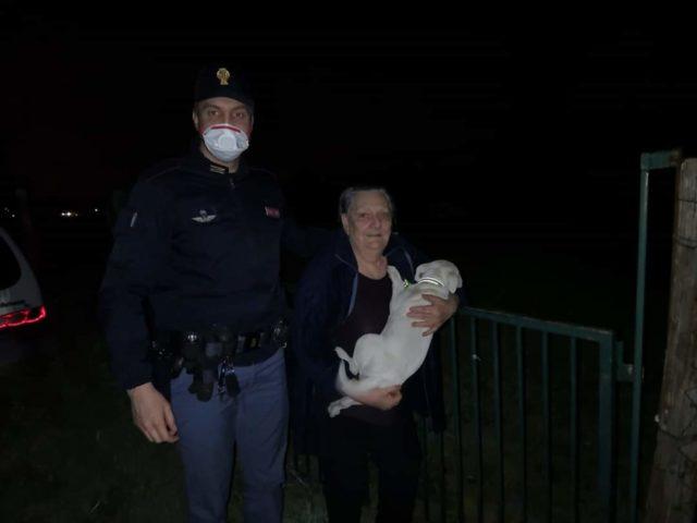 Polizia di Stato dona un cucciolo a una nonna rimasta sola dopo la morte del cane
